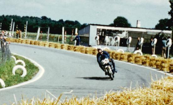 Gros plan sur Gilles et son Honda 125